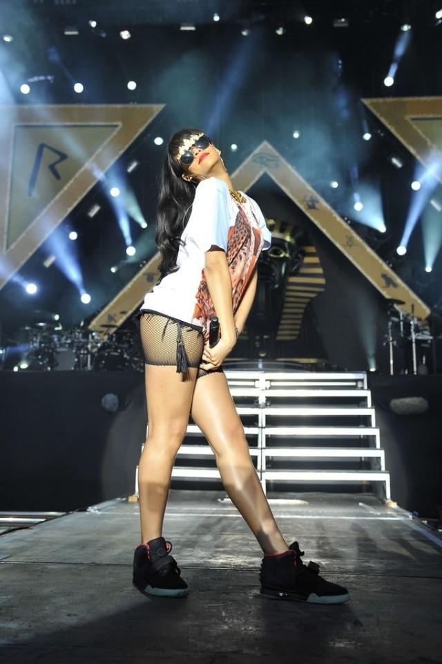 Rihanna+Rihanna+Wears+Funky+Outfit+Hackney+b5yMG0r2Svbx